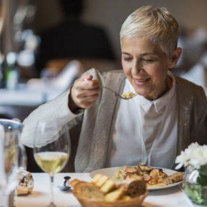 Mujer degustando un plato