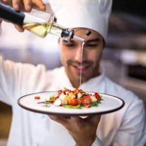 Chef ultimando un plato