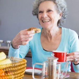 Señora disfrutando de alimentos de nuestro menú bajo en calorías